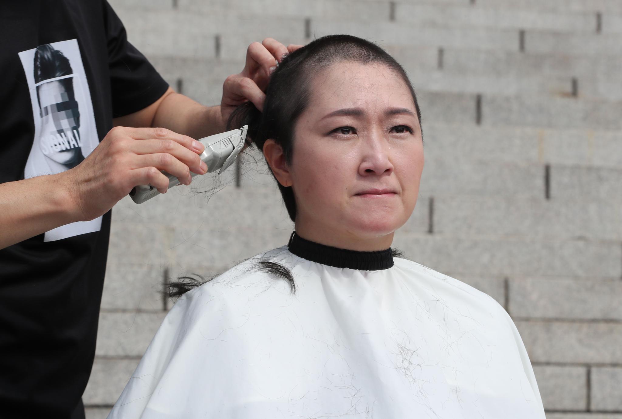 무소속 이언주 의원이 10일 오전 서울 여의도 국회 본청 계단에서 삭발을 하고 있다. [뉴스1]