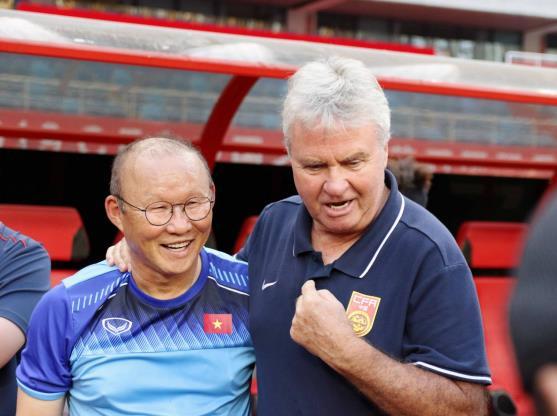 경기 전 인사를 나누는 박항서 감독(왼쪽)과 히딩크 감독. [사진 베트남축구협회 홈페이지]