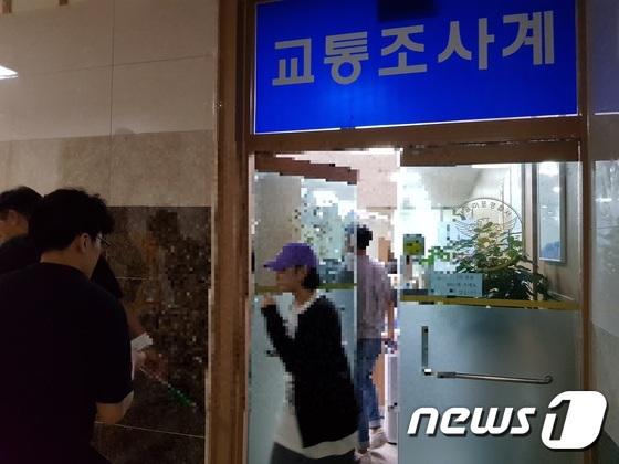 장용준씨 대신 운전을 했다고 주장한 20대 남성 A씨가 10일 오후 서울 마포경찰서에서 약 3시간 동안 조사를 받은 뒤 경찰서를 나서고 있다. [뉴스1]