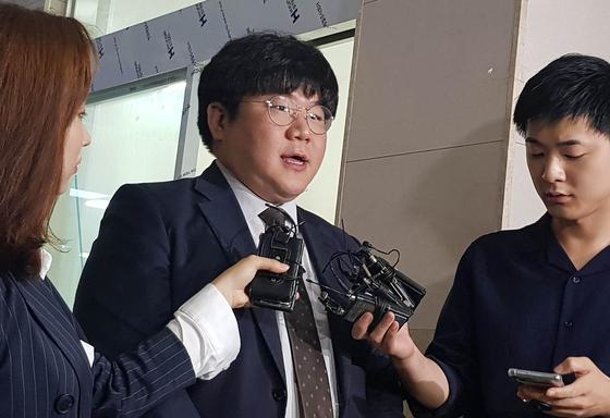 장제원 자유한국당 의원 아들인 래퍼 장용준씨 측 변호인인 이상민 변호사가 10일 오후 서울 마포경찰서에서 기자들과 만나 관련 의혹을 설명하고 있다. [뉴시스]