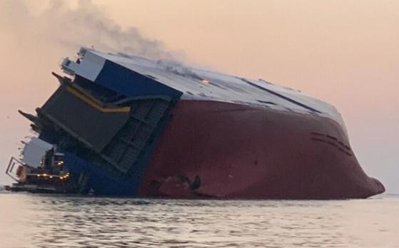 현대글로비스 골든레이호가 8일(현지시간) 미국 조지아주 해상에서 전도되는 사고가 발생했다. 선원 20명이 구조됐으며, 4명의 한국인 선원은 구조 중인 것으로 알려졌다. [뉴스 1]