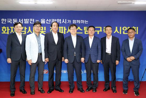박일준 한국동서발전 사장(왼쪽에서 4번째), 김영기 울산시청 농축산과 과장(왼쪽에서 5번째), 이도형 kt 울산지사장(왼쪽에서 3번째)과 각 기관 관계자들이 시연회에서 기념 촬영을 하고 있다.