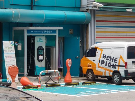 서울 중구 초동 GS칼텍스 초동주유소에 설치된 전기차 충전기. 옆으로 편의점 택배 서비스인 홈픽의 차량이 보인다. GS칼텍스는 직영점 14곳에서 전기차 충전기 16기를 운영하고 있다. 임성빈 기자