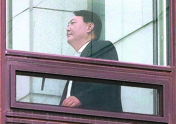 윤석열 검찰총장이 9일 대검찰청에서 점심식사를 위해 별관으로 이동하고 있다. 우상조 기자