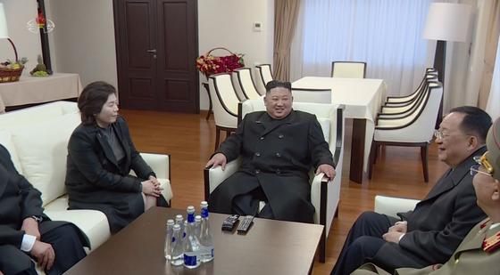 북한 조선중앙TV가 지난 4월 28일 전한 김정은 국무위우원장. 러시아 블라디보스톡에서 회의실로 보이는 곳에서 대화하고 있다. 왼쪽이 최선희 외무성 제1부상, 오른쪽은 이용호 외무상.[연합뉴스]