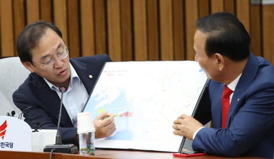10일 오전 서울 여의도 국회에서 열린 자유한국당 원내대책회의에서 정유섭 의원이 함박도 관련 발언을 하고 있다. 오종택 기자