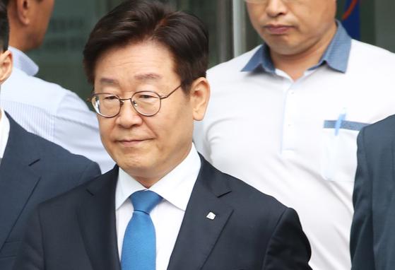 항소심에서 당선무효형에 해당하는 벌금 300만원이 선고되자 굳은 표정으로 법원 나오는 이재명 경기지사[연합뉴스]