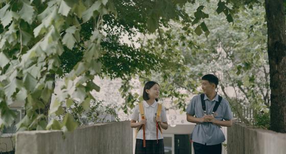 중학생 소녀 은희(왼쪽)의 눈으로 1994년을 재조명한 영화 '벌새' 한 장면. [사진 엣나인필름]