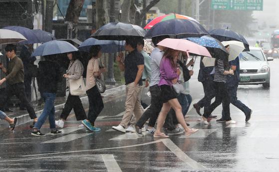 중부 지방을 중심으로 가을비가 내리는 10일 서울 종로구 종각 인근에서 우산을 쓴 시민들이 이동하고 있다.[뉴스1]