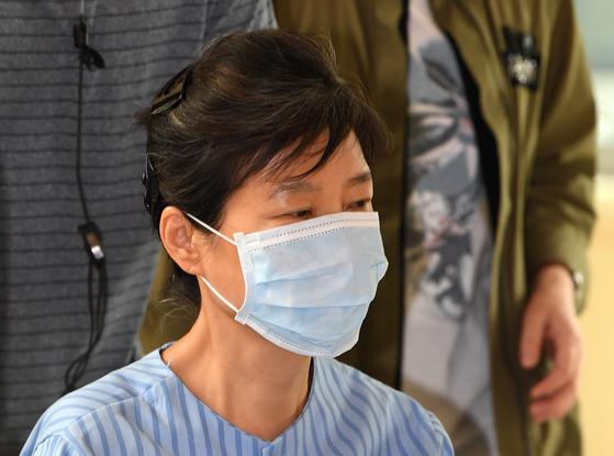 2017년 8월 30일 박근혜 전 대통령이 서울 서초동 서울성모병원에서 허리 질환 관련 진료를 받은 뒤 병원을 빠져나가고 있는 모습. [연합뉴스]