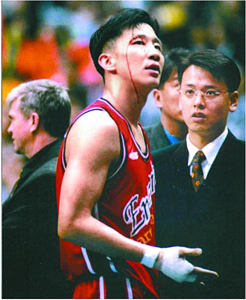 허재는 선수 시절이던 1997-98시즌 챔피언결정전에서 손목이 골절됐는데도 투혼을 발휘해 승부를 7차전까지 끌고갔다. [중앙포토]