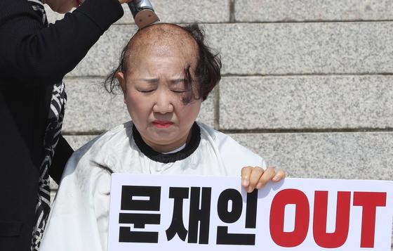 박인숙 자유한국당 의원이 11일 오전 국회 본청 앞 계단에서 조국 법무부 장관 해임을 요구하며 삭발하고 있다. [연합뉴스]