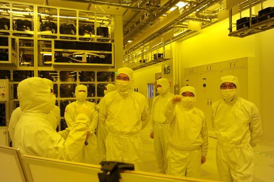 이재용 삼성전자 부회장이 지난달 6일 삼성전자 천안 사업장을 방문해 사업장 내 반도체 패키징 라인을 둘러보고 있다 . [사진 삼성전자]