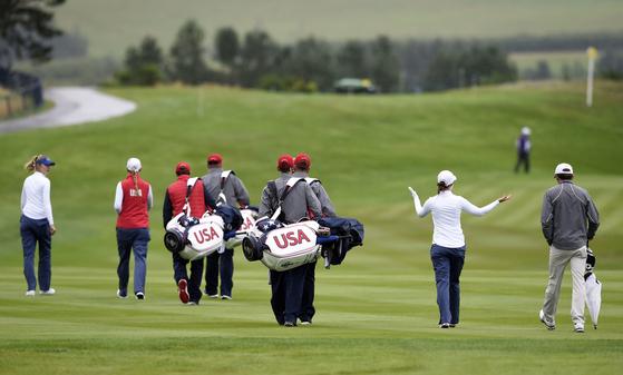 미국 팀 선수들이 10일 열린 솔하임컵 연습 라운드에서 1번 홀 페어웨이를 걷고 있다. [AP=연합뉴스]