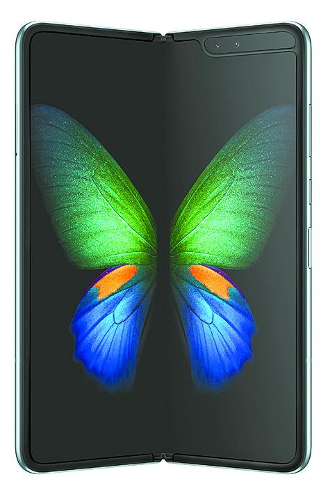 삼성전자의 '갤럭시 폴드' 는 바 형태였던 스마트폰을 세계 처음으로 접는 방식으로 바꾸면서 올해 IFA에서 최고의 관심을 끌었다. [연합뉴스]