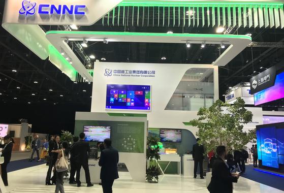 올해 세계에너지총회에서 중국은 원자력발전이 일대일로사업의 핵심이라는 사실을 확실히 밝혔다. 사진은 올해 세계에너지총회에서 중국핵공업집단이 마련한 부스. 아부다비 = 문희철 기자.