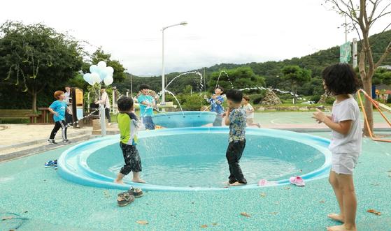 지난 1월 지역 아동들의 의견을 함께 나누며 디자인한 물놀이터. 겨울엔 물을 담아 얼려서 팽이치기 놀이를 할 수도 있다. [사진 완주군]