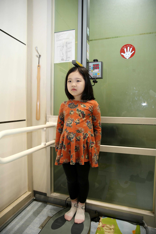 한 어린이가 키를 측정하는 모습. 어린이들은 2세를 지나 사춘기 이전까지 1년에 평균 약 5~6㎝ 정도씩은 자란다. [서울아산병원]