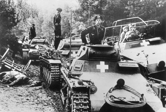 나치 독일군 기갑부대가 진격하고 있다. [독일연방문서보관소]