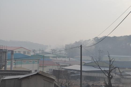 난개발로 주택들 사이로 공장이 들어서면서 주민이 환경오염 피해를 호소하고 있는 김포지역 모습. [사진 환경부]