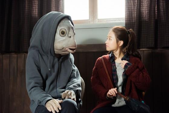 '타짜: 원 아이드 잭' 연출을 맡은 권오광 감독은 데뷔작 '돌연변이'(사진)로 주목받았다. 사진에서 박보영과 함께 있는 물고기 인간 역은 이번 영화에도 출연한 이광수가 맡았다. [사진 필라멘트 픽쳐스]
