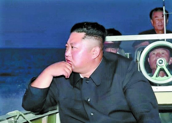 북한 조선중앙TV가 지난 8월 25일 오후 공개한 '초대형방사포' 발사 관련 사진에서 김정은 국무위원장이 소형 선박을 타고 발사장으로 향하는 듯한 모습. [연합뉴스]