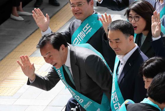 손학규 바른미래당 대표가 추석 연휴를 하루 앞둔 11일 서울역에서 귀성객들에게 인사하고 있다. 김상선 기자