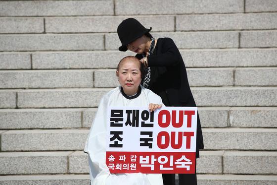 자유한국당 박인숙 의원이 11일 국회 본관 앞 계단에서 조국 법무부 장관 임명에 반발해 삭발하고 있다. 오종택 기자