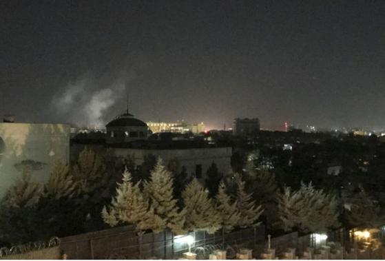 11일(현지시간) 자정, 아프가니스탄 수도 카불에 위치한 미 대사관에서 연기가 솟아오르고 있다. [AP=연합]