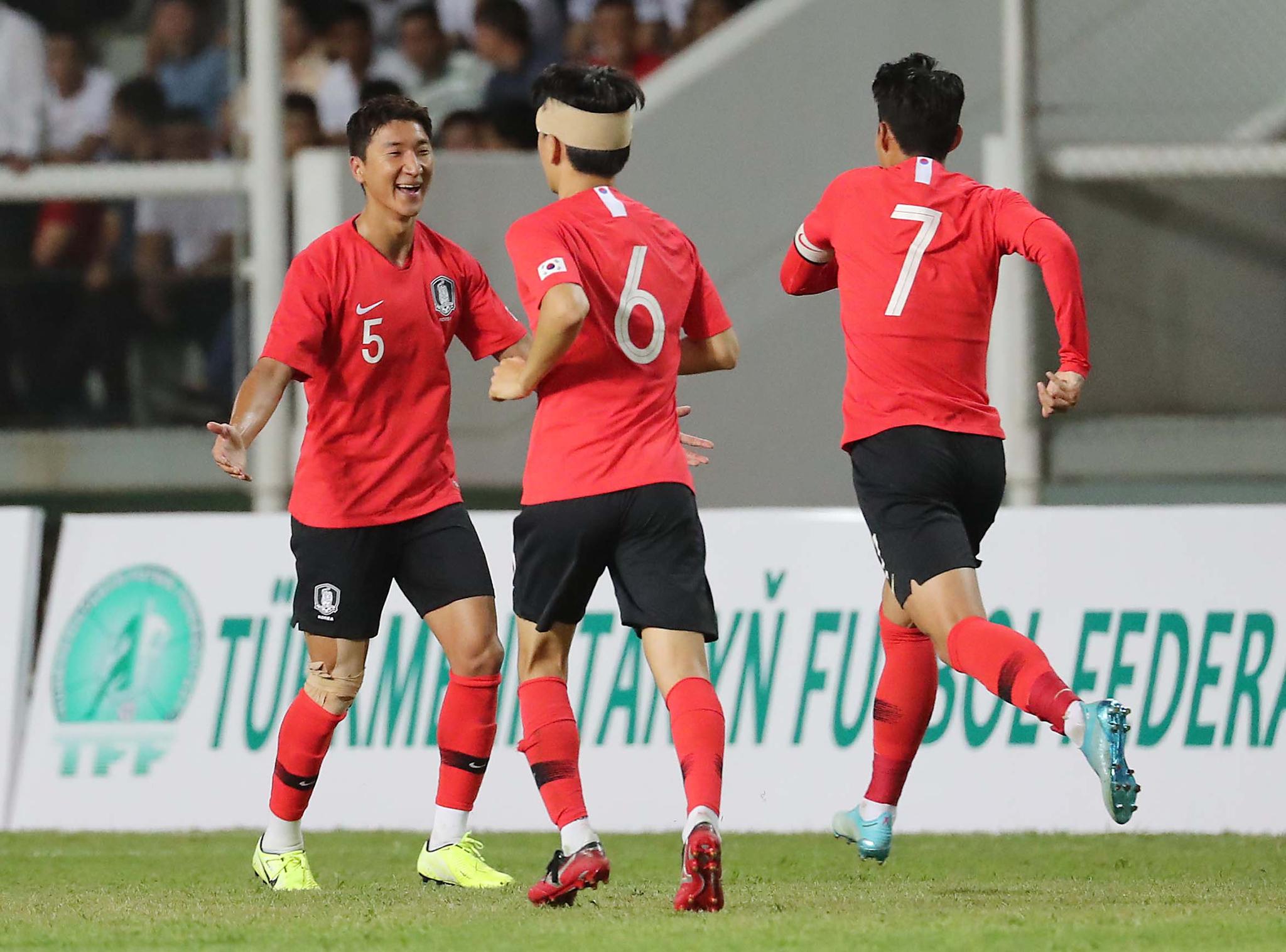 10일(현지시간) 투르크메니스탄 아시가바트 코페트다그 스타디움에서 열린 2022 카타르 월드컵 아시아지역 2차 예선 H조 1차전 한국과 투르크메니탄과의 경기에서 한국 정우영(5번)이 두번째 골을 성공시킨 뒤 기뻐하고 있다. [연합뉴스]