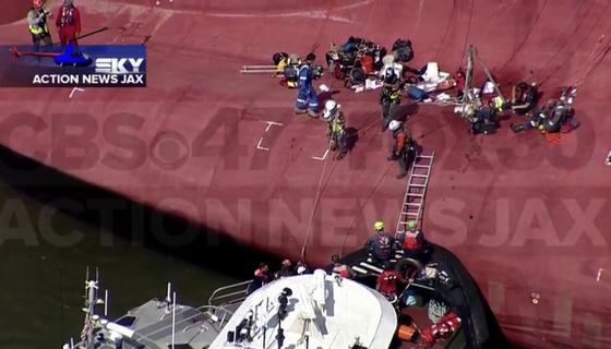 미국 해안경비대(USCG)가 미국 동부 해안에서 전도된 현대글로비스의 자동차운반선 골든레이호 안에 갇혀 있던 마지막 한국인 선원을 구조하고 있다. [액션뉴스잭스 캡처]