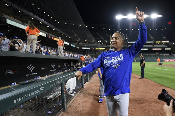 11일 볼티모어 원정경기 승리로 7년 연속 지구 우승을 확정한 데이브 로버츠 다저스 감독이 관중들에게 인사하고 있다. [AP=연합뉴스]