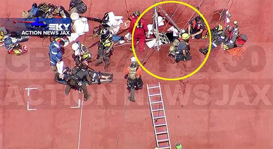 미 해안구조대(USCG)가 9일(현지시간) 골든레이호에 고립됐던 생존자들을 구출하기 위해 선체에 낸 구멍(원 안) 모습. [액션뉴스잭스 캡처]