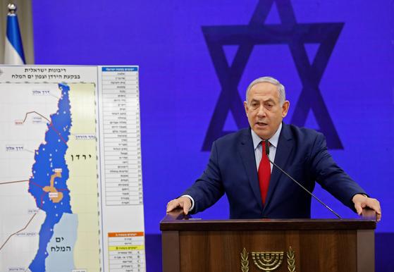 베냐민 네타냐후 이스라엘 총리가 요르단강 서안의 그림을 걸어놓고 선거에서 승리해 연임하면 해당 지역의 상당 부분을 합병하겠다고 공약했다. [AFP=연합뉴스]