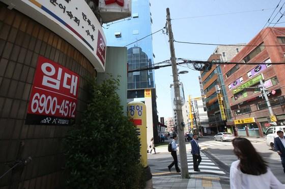 불황의 여파로 서울 강남에서도 상가가 비어간다. [중앙포토]