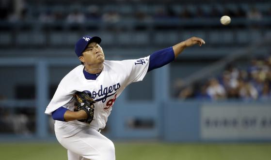 지난 5일 콜로라도전에서 피칭하는 LA 다저스 류현진. 사이영상과 FA 계약이 걸린 '운명의 가을'을 앞두고 있다. [연합뉴스]