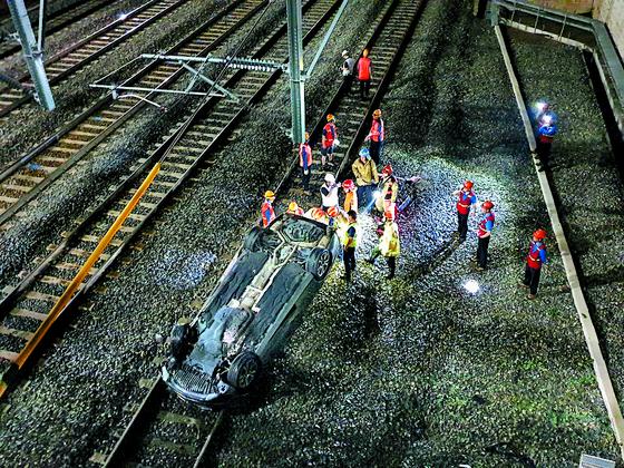 승용차 8m 아래 철로로 추락
