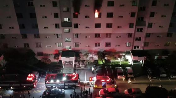 12일 오전 광주 광산구 한 아파트 5층에서 불이 나 화염과 함께 검은 연기가 치솟고 있다. 이 불로 50대 부부가 숨지고 자녀와 주민 등이 부상을 입었다. [연합뉴스]