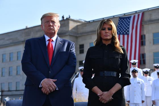 도널드 트럼프 미국 대통령과 부인 멜라니아 여사가 펜타곤에서 진행된 추모식에 참석해 희생자들을 애도하고 있다. [AFP=연합뉴스]