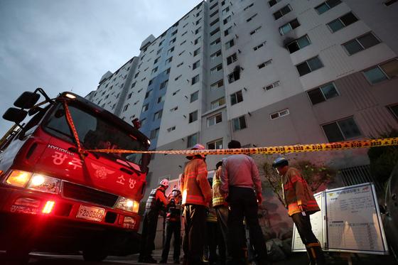 12일 오전 4시 21분께 광주 광산구 송정동 한 아파트 5층 주택에서 불이 나 50대 부부가 숨지고, 부부의 자녀와 이웃 주민 등 4명이 다쳤다. 119소방대가 화재 현장을 수습하고 있다. [연합뉴스]