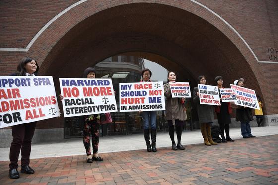 지난해 10월 16일 메사추세츠 법원 앞에서 아시안 학부모들이 하버드의 입학 제도를 비판하는 내용의 피켓을 들고 항의하는 모습. [신화통신=연합뉴스]