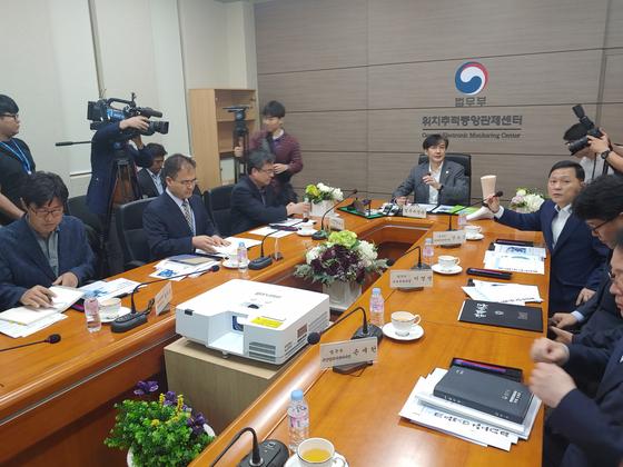 12일 조국 법무부 장관이 서울 동대문구에 위치한 위치추적중앙관제센터에서 전자발찌와 관련해 관계자와 대화하고 있다. 김민상 기자