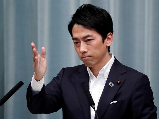 새로 임명된 고이즈미 신지로 환경상이 지난 11일 총리관저에서 취임 후 기자들의 질문을 받고 있다. [로이터=연합뉴스]