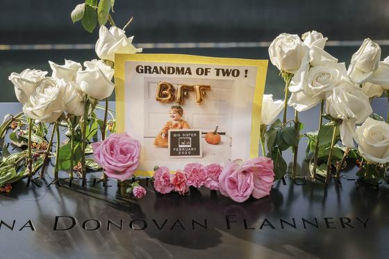 희생자의 이름위에 꽃과 사진이 놓여있다. [AFP=연합뉴스]