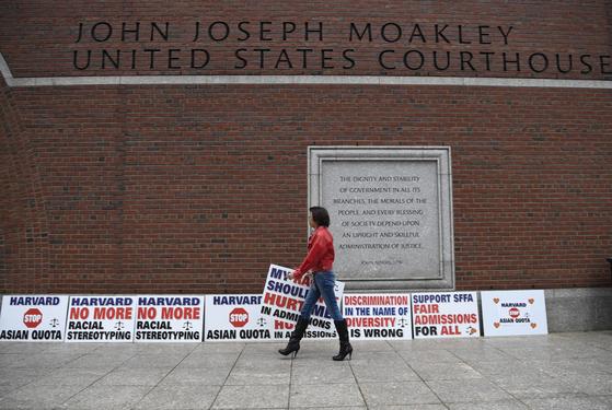 지난해 10월 메사추세츠 법원 앞에 세워진 하버드 대학의 입학 정책을 비판하는 내용의 피켓들. [신화통신=연합뉴스]