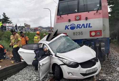 12일 강원도 동해시 철길에서 승용차가 열차에 부딪히는 사고가 발생했다. [강원도소방본부 제공]