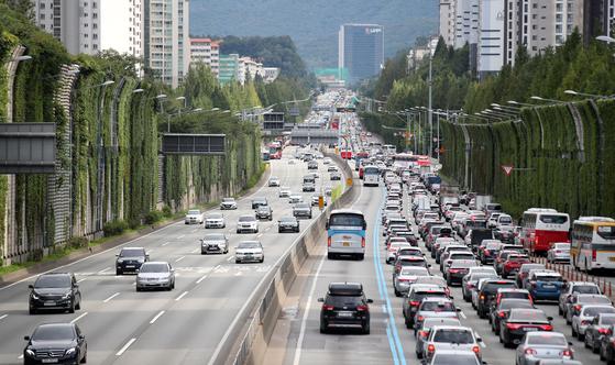 추석 연휴를 하루 앞둔 11일 오후 경부고속도로 잠원 IC 인근에 몰려든 귀성차량의 모습. [뉴시스]