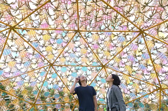 2019 서울도시건축비엔날레 개막을 이틀 앞둔 5일 서울 종로구 세운상가를 찾은 시민들이 전시된 작품을 살펴보고 있다. [뉴스1]