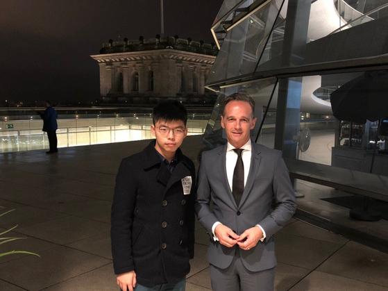 홍콩 시위를 주도하고 있는 조슈아 웡 데모시스토 당 비서장(왼쪽)이 독일을 방문해 마스 외무장관과 만났다. [사진 조슈아 웡 트위터]