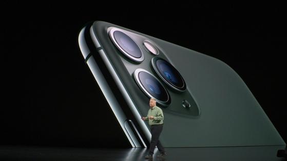 애플이 아이폰11 프로모델 2종에 적용한 '3중 카메라'. 광각, 초광각, 망원 카메라가 달렸다. [사진 유튜브 캡처]